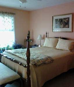 Private 2nd flr master bed& bath.   - Hus