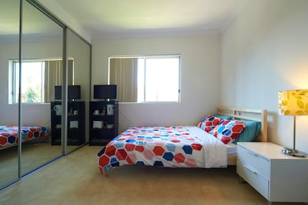 Private Ensuite Room Near Station - Carlton