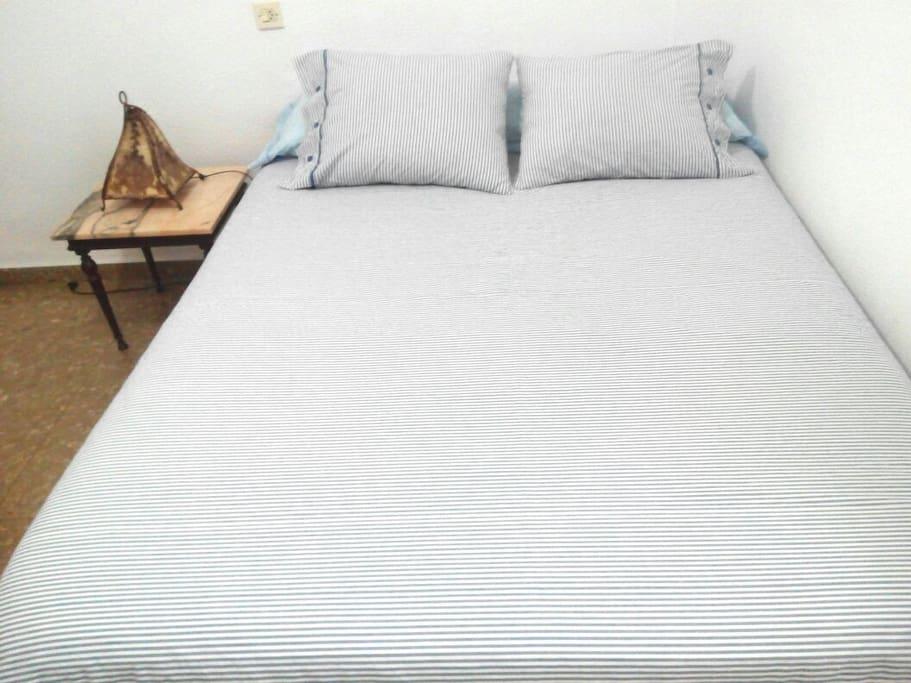 Con una gran cama de matrimonio, apto para una persona o parejas. With a large double bed, suitable for one person or couples.