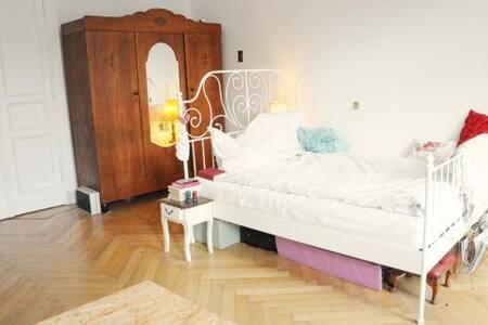 Bright 30m2 room + lovely flatmates