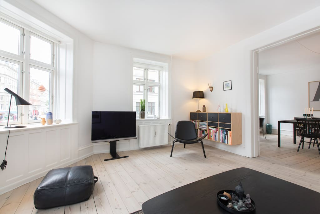 Living room with 3 large windows overviewing Guldbergsgade