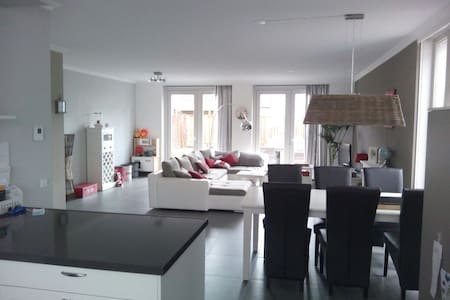 Comfortable spacious family stay - Nuenen - House