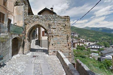 Tende, très belle maison de village avec balcon - Tende - House