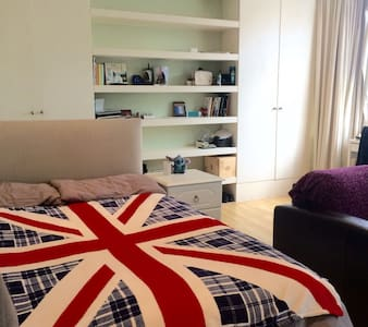Bright & Spacious room in London - London - House