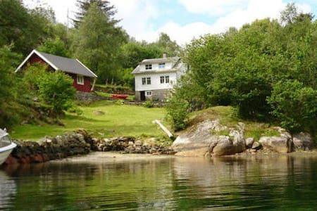 Hus ved sjøen, Småvikane - Hus