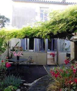 """Village du Marais : """"La maison en couleur"""" - Haus"""