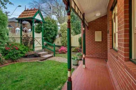 在墨爾本最美的林蔭大道上的童話小屋 - Surrey Hills