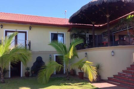 Amarillo Haus Poolside Family Suite - Atenas - Bed & Breakfast