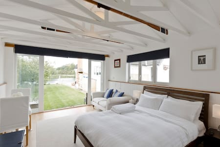 Snug & warm luxury boathouse on the river - Cookham