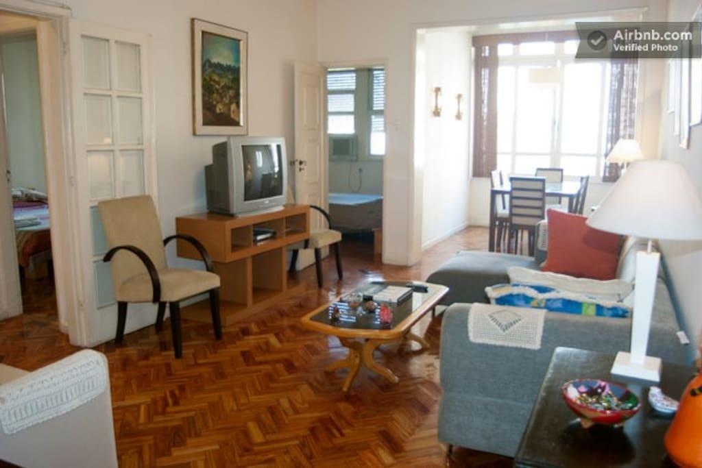 Sala de estar e sala de jantar ao fundo
