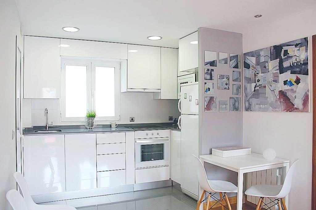 Cocina totalmente equipada con electrodomésticos y menaje.