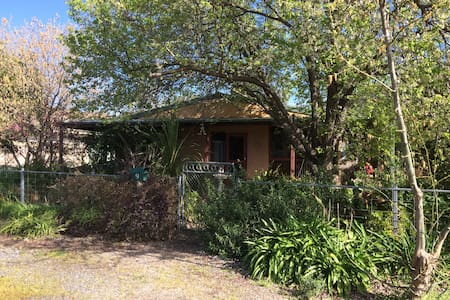 Country Garden Cottage Tocumwal home in quiet area - House