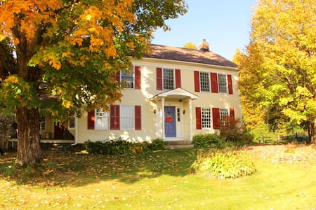 1806 farmhouse, B&B, Birdhouse Room - Roxbury