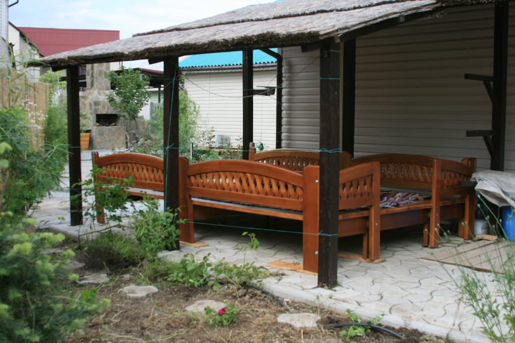 Вид на вход в дом и навес со стороны сада