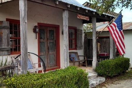 Texas Two-Step Guesthouse - Bed & Breakfast