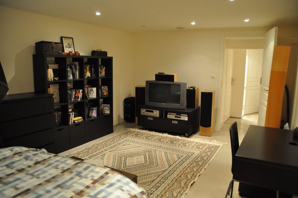 Indépendante la chambre est un grand espace pour dormir, lire, regarder un film et y travailler
