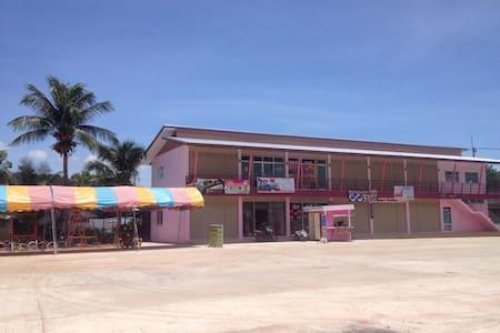 SiS Guesthouse - Doem Bang Nang Buat