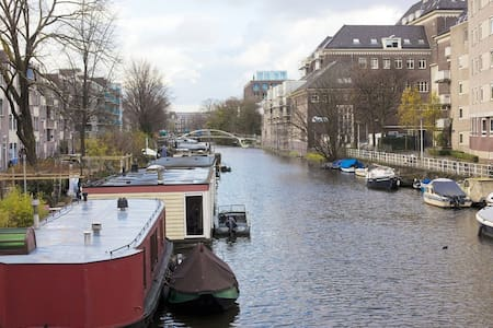 This cozy studio is located on the water with unobstructed views of the Jacob van Lennep Canal. It provides the desired peace, yet located near the center of Amsterdam. Shops, other amenities and the famous Vondelpark are just around the corner .