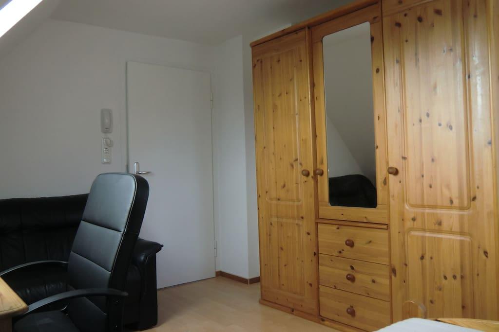 Zimmer mit Kleiderschrank