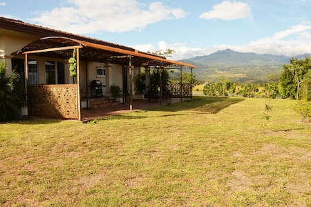 Lovely 2-Bedroom Home near Boquete - Hus