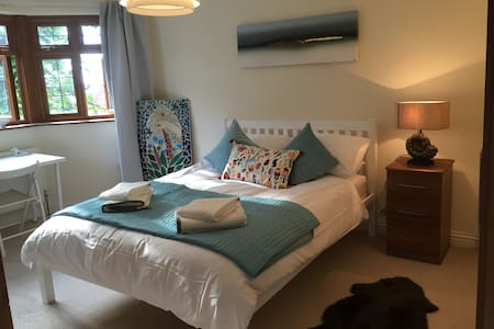 King size bed in lovely room with en suite - Casa