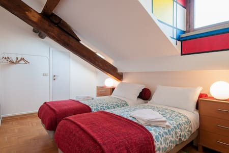 Clean/modern attic near University - Milaan - Appartement