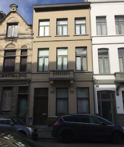 Ruime kamer in herenhuis - Antwerpen