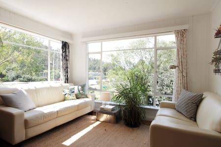 Leafy Hobart Town Pad - Apartment