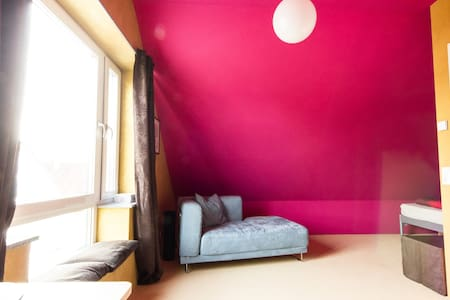 Sunny & cosy room + highspeed WiFi - House