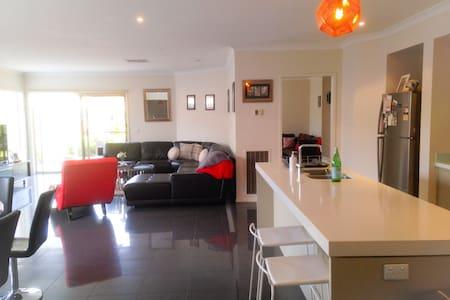 Modern spacious bayside living home - Edithvale - Hus