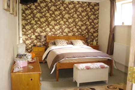Holdgate 2 - Beautiful family home - Ludlow - Bed & Breakfast