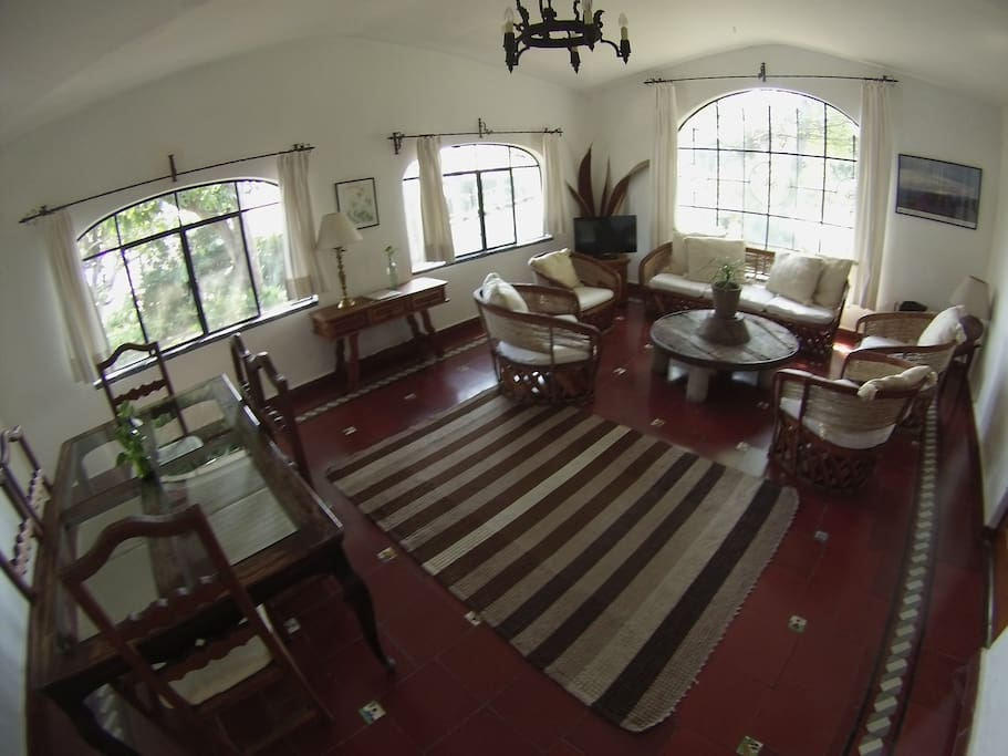 Vista de comedor y sala/ View of Dining and living  area. GoPro