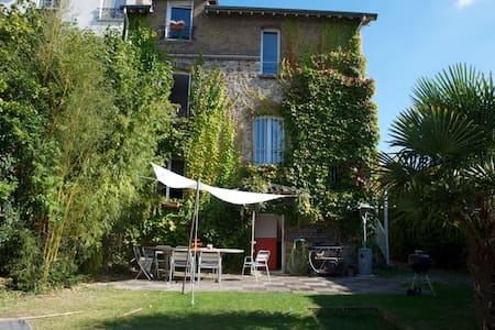 15 mn from Paris, quiet house, pool - Haus