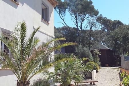 Villa contemporaine récente  bord de mer ds pinède - Huis