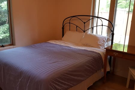 Quiet bedroom available in beautiful bungalow. - Kensington - House