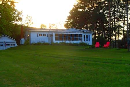 Northern Lake George Lake View Rental - Hus