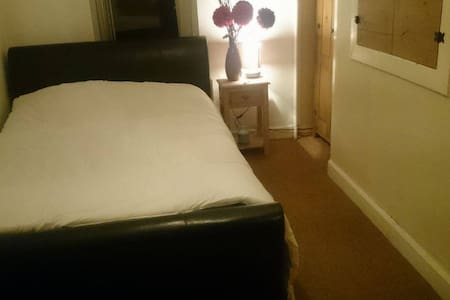 Cosy Double Room Close to Belfast City Centre - Hus