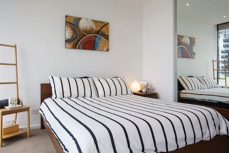 Your own room & bath near Crown - Apartment