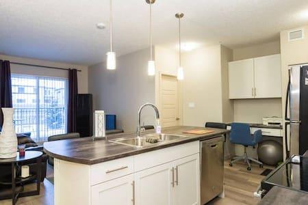 New Condo in South Edmonton -entire - Társasház