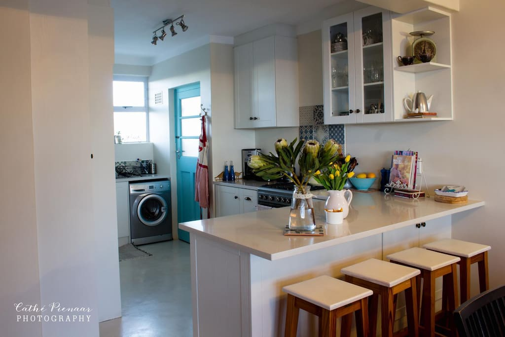 Kitchen with oven (gas hob), dishwasher and washing machine.