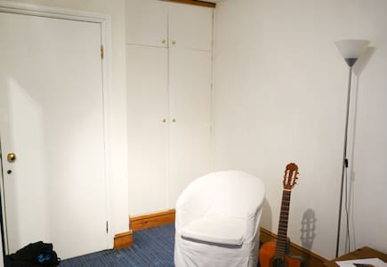 Room in central two person flat - London - Townhouse