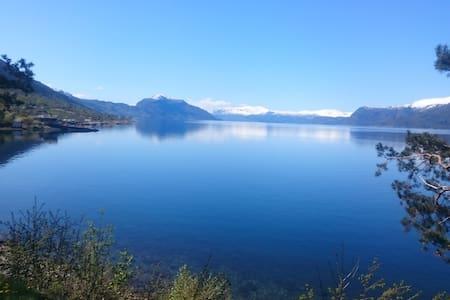 Gardshus ved Hardangerfjorden - Utne