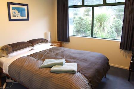 Modern queen ensuite room, kayaks included - Anakiwa - Bed & Breakfast