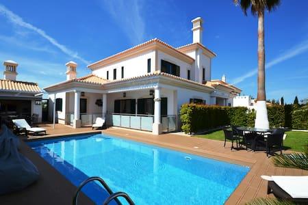 Amazing 4 Bed Villa with Heated Pool - Casa de campo