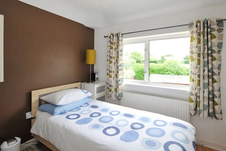 Single room with desk, chair & TV - Bristol