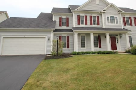 Beautiful Colonial in quiet neighborhood - Pittsford - House