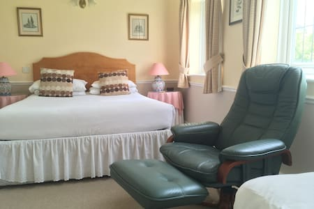 Private en-suite triple room close to Stonehenge - Bed & Breakfast