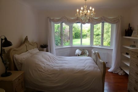 Spacious room with comfy Queen bed in luxury home - Lincoln - Dom