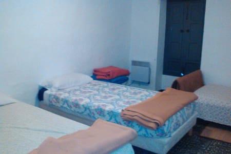Chambre partagée de 3 lits dans maison de village - Turís - Stadswoning