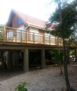 Private beach and close to village - Placencia - House